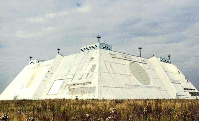 """С...  """"Дуга """", так же известная, как 5H32, является радиолокационной станцией для раннего обнаружения..."""