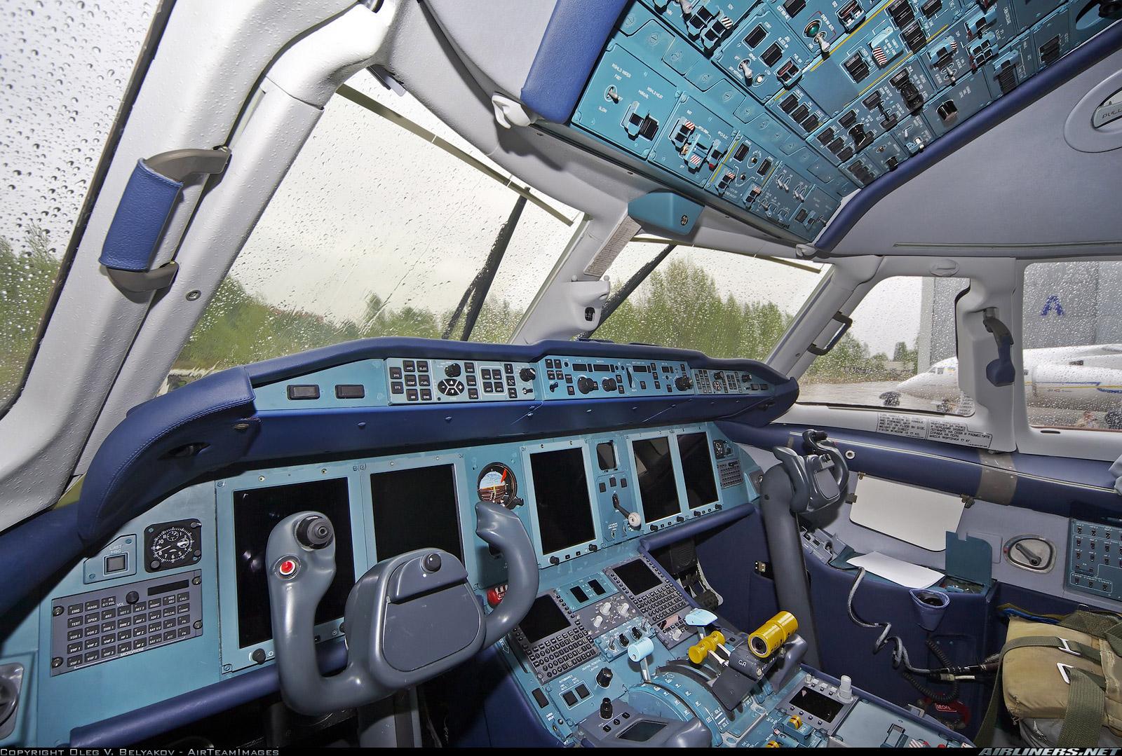 """Кабина Ан-178 после первого полета, аэродром """"Гостомель"""", 07.05.2015 г.  (фото - Олег Беляков, http://www.airliners.net/)."""